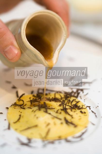 """Europe/France/Rhone-Alpes/74/Haute-Savoie/Megève:  Ses Bouillon de poule et de châtaigne - recette d' Emmanuel Renaut du restaurant """"Flocons de Sel"""""""
