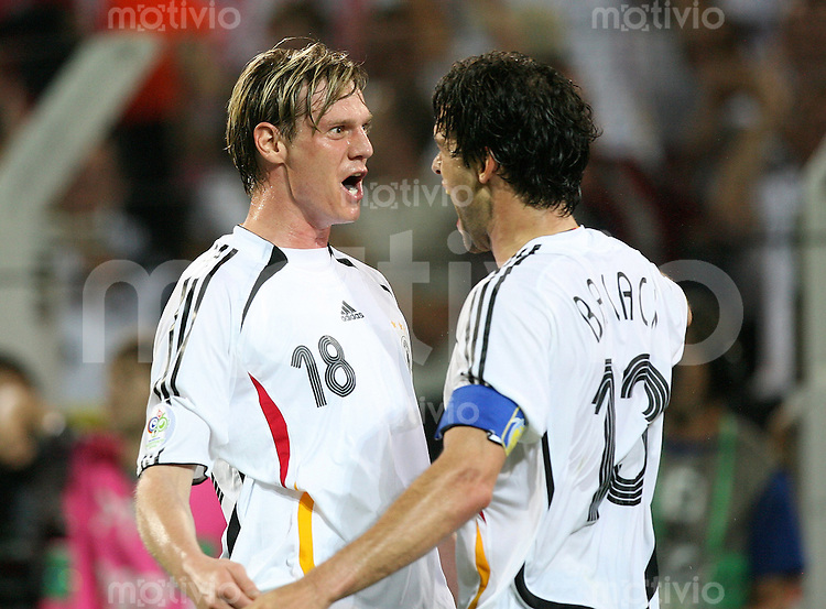 Fussball WM 2006  Gruppenspiel  Vorrunde Deutschland - Polen Michael Ballack (GER, re) und Tim Borowski (GER) freuen sich nach dem Spiel