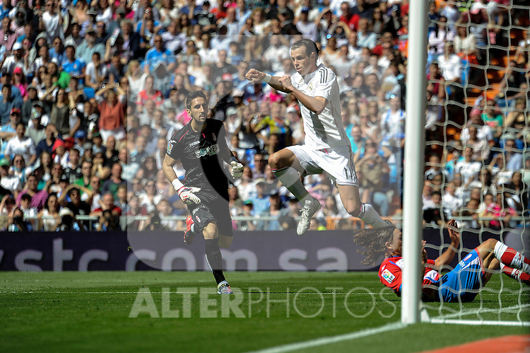 Real Madrid´s Gareth Bale and Granada´s goalkeeper Oier Olazabal during 2014-15 La Liga match between Real Madrid and Granada at Santiago Bernabeu stadium in Madrid, Spain. April 05, 2015. (ALTERPHOTOS/Luis Fernandez)
