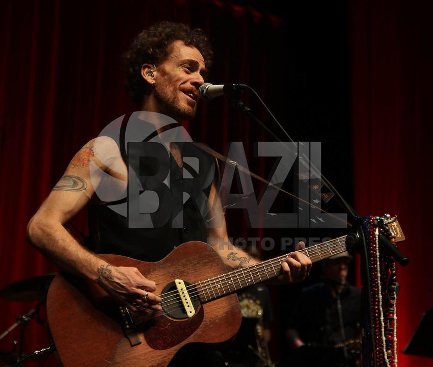 SAO PAULO,SP, 29.11.2014 - SHOW NANDO REIS: O cantor Nando Reis durante show do CD <br /> &quot;Sei ED DELUXE&quot;, na noite deste s&aacute;bado<br /> (29) no Citibank Hall em S&atilde;o Paulo. (Foto: Marcos Moraes / Brazil Photo Press).