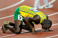 Usain Bolt, Jamaica, Gold Medal and world record, 19.30 Men's 200 meters.Usain Bolt bacia la pista..National Stadium - Bird Nest - Atletica Leggera.Pechino - Beijing 20/8/2008 Olimpiadi 2008 Olympic Games.Foto Andrea Staccioli Insidefoto