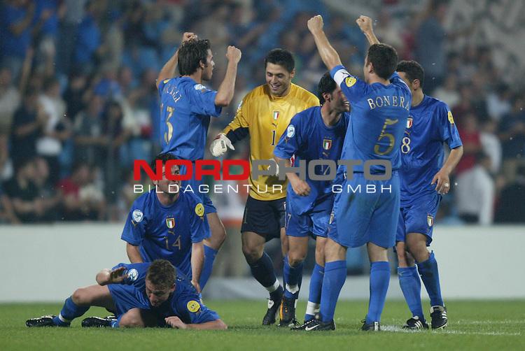 U21 - EM 2004 - Finale<br /> Serbien und Montenegro vs. Italien 0:3<br /> Cesare Bovo, Andrea Barzagli, Marco Amelta, Giandomenico Mesto, Daniele Bonera und Angelo Palombo (v.l.n.r.:) von Italien bejubeln den Sieg ueber Serbien und Montenegro und die damit verbundene Europameisterschaft der U21.<br /> Foto &copy; nordphoto - Ruediger Lampe<br /> <br /> <br /> <br />  *** Local Caption *** Foto ist honorarpflichtig! zzgl. gesetzl. MwSt.<br />  Belegexemplar erforderlich<br /> Adresse: nordphoto<br /> Georg-Reinke-Strasse 1<br /> 49377 Vechta