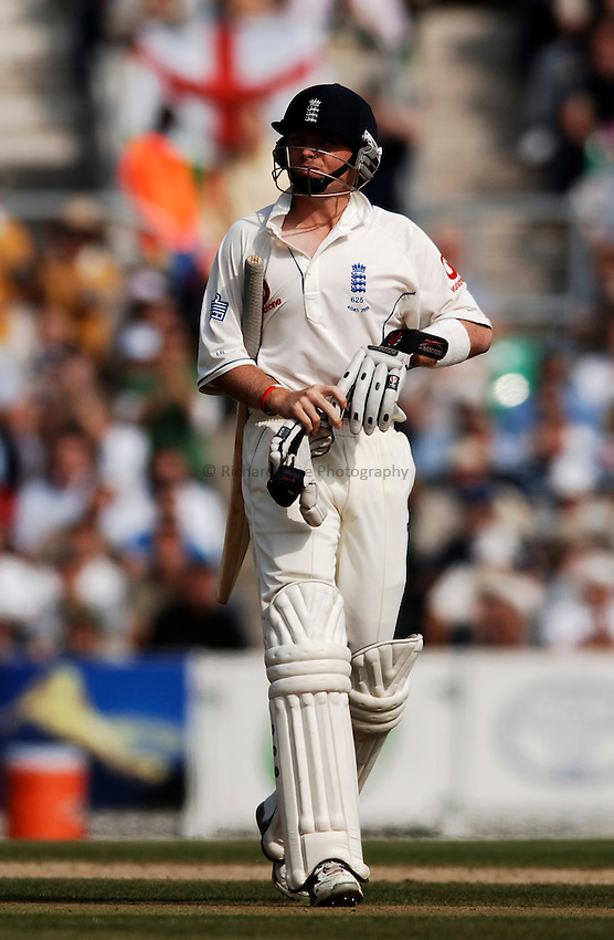 Photo: Glyn Thomas..England v Australia. nPower Test Series. The Ashes 2005..12/09/2005..England's Ian Bell walks off the pitch in disappointment.
