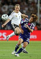 Wolfsburg , 100711 , FIFA / Frauen Weltmeisterschaft 2011 / Womens Worldcup 2011 , Viertelfinale ,  Deutschland (GER) - Japan (JPN) .Melanie Behringer (GER) gegen Mana Iwabuchi (JPN) .Foto:Karina Hessland .