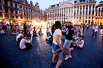 BRUSSELS - BELGIUM - 26 JUNE 2010 -- Grand Place by night, the Brussels Town Hall in the city centre. PHOTO: ERIK LUNTANG / EUP-Images -- Studenter optræder for hinanden på Grand Place i Bruxelles en loerdag aften. PHOTO: ERIK LUNTANG / EUP-Images
