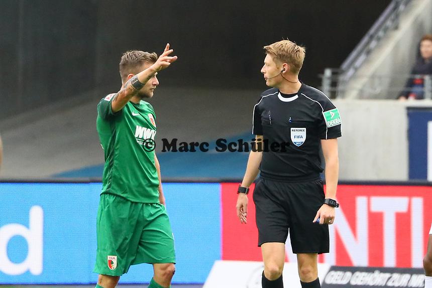 Daniel Baier (FC Augsburg) fordert vehement Gelb bei Schiedsrichter Christian Dingert - 16.09.2017: Eintracht Frankfurt vs. FC Augsburg, Commerzbank Arena
