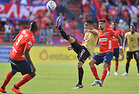 MEDELLÍN - COLOMBIA, 19-08-2018: Jonathan Barboza (Der) jugador del Medellín disputa el balón con Camilo Avila (Izq) de Rionegro Aguilas durante el partido entre Deportivo Independiente Medellín y Rionegro Aguilas por la fecha 5 de la Liga Águila II 2018 jugado en el estadio Atanasio Girardot de la ciudad de Medellín. / Jonathan Barboza (R) player of Medellin vies for the ball with Camilo Avila (L) player of Rionegro Aguilas during match between Deportivo Independiente Medellin and Rionegro Aguilas for the date 5 of the Aguila League II 2018 played at Atanasio Girardot stadium in Medellin city. Photo: VizzorImage / Leon Monsalve / Cont