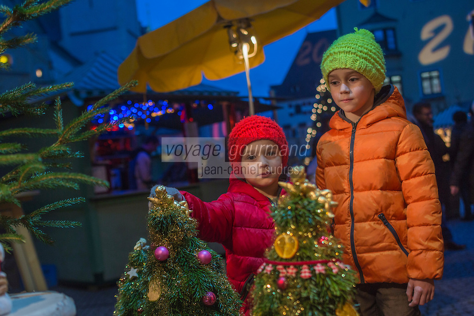 Europe, Autriche, Tyrol (Land), Tyrol du Nord, Hall en Tyrol: Enfants  sur le  Marché de Noël / Europe, Austria, Tyrol (state), Hall in Tirol: Kids on the Christmas Market<br /> Auto:N° 2014-173