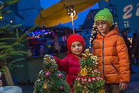 Europe, Autriche, Tyrol (Land), Tyrol du Nord, Hall en Tyrol: Enfants  sur le  Marché de Noël / Europe, Austria, Tyrol (state), Hall in Tirol: Kids on the Christmas Market<br /> Auto:N° 2014-173