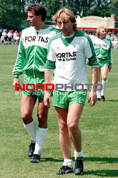 12.07.1988 Niedersachsenstadion, Celle, GER, 1.FBL, Hannover 96 vs Werder Bremem  im Bild Frank Neubarth und Michael Kutzop .  Foto © nph / Rust