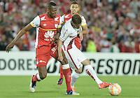 BOGOTÁ-COLOMBIA-20-05-2015. Yerry Mina (Izq.) jugador del Independiente Santa Fe disputa el balon con Eduardo Sasha (Der.) jugador de Internacional durante partido de ida entre Independiente Santa Fe de Colombia y Internacional de Porto Alegre Brasil por cuartos de final de la Copa Bridgestone Libertadores 2015 jugado en el estadio Nemesio Camacho El Campin de la ciudad de Bogota. / Yerry Mina (L) player of Independiente Santa Fe figths for the ball with Eduardo Sasha (R) player of Internacional during the first leg match between Independiente Santa Fe of Colombia and Internacional of Porto Alegre, Brazil, for the final quarters of the Copa Bridgestone Libertadores 2015 played at Nemesio Camacho El Campin stadium in Bogota city.  Photo: VizzorImage/ Gabriel Aponte /Staff