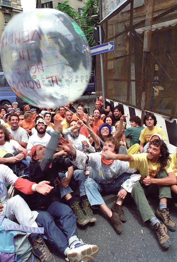 - Genova G8 2001, manifestazioni contro il summit. L'assedio pacifico alla zona rossa dei dimostranti di Rete contro g8, Rete lilliput e Legambiente..- Genoa G8 2001, Demonstration against the summit. Demonstrants during a pacific siege at the border of the red zone.