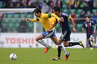 FUSSBALL   INTERNATIONAL   Testspiel    Japan - Brasilien          16.10.2012 KAKA (li, Brasilien) gegen Makoto HASEBE (Japan)