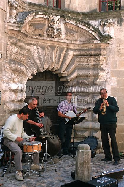 Europe/France/Languedoc-Roussillon/30/Gard/Uzès: Musiciens des rues et vielle porte médiévale Louis XIII à pointes de diamants au 1 rue St Etienne