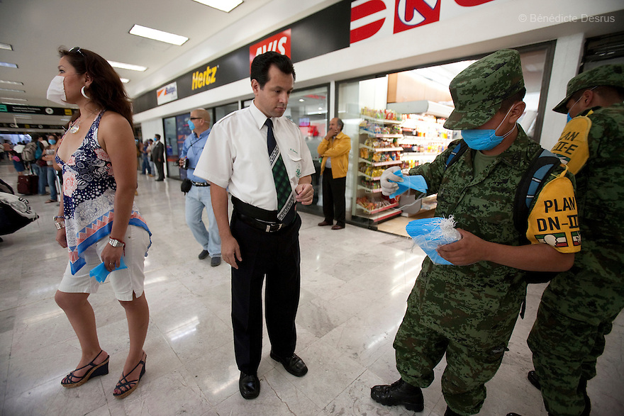 April 26, 2009 - Airport, Mexico City, Mexico - Mexican army distribute surgical masks to residents of the Mexican capital in order to halt the spread of swine flu. Photo credit: Benedicte Desrus / Sipa Press