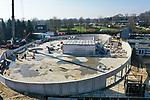 Foto: VidiPhoto<br /> <br /> GROESBEEK – De nieuwbouw van het Nationaal Bevrijdingsmuseum in Groesbeek krijgt vorm. Donderdag wordt er onder toezicht van hoofdaannemer Royal HaskoningDHV gewerkt aan de kantoren en werkruimten in het souterrain van de 'dome'. Het nieuwe en futuristische museum wordt een stuk groter: van 2250 vierkante meter nu, naar 3000 vierkante meter straks. De koepelvorm komt terug, maar wordt een soort opblaashal rond een membraamconstructie van 60 meter doorsnee en 12 meter hoog. Het is de eerste permanente ruimte-onder-hoge-druk ter wereld. Voordeel daarvan is dat de bouwkosten 25 procent lager uitvallen, tot 1500 euro per vierkante meter. Onder het gebouw komen souterrain met werk- en kantoorruimten en een bibliotheek. Via een tunnel blijft het huidige depot bereikbaar, terwijl de oude gebouwen worden afgebroken. Daardoor ontstaat aan de buitenzijde een evenemententerrein dat onder andere gebruikt kan worden voor herdenkingen. Volgens de planning moet 17 juni het casco gereed zijn. Daarna start de aankleding en inrichting van het interieur. De totale bouwkosten bedragen 6,5 miljoen euro. Het nieuwe museum wordt volledig aardgasvrij.