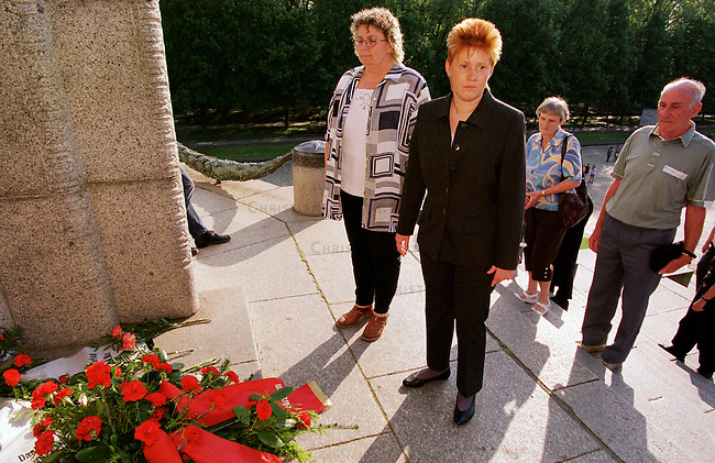 Feierlichkeit zum 8. Mai am Ehrenmal der sovietischen Soldaten in Berlin-Treptow anlaesslich des 55. Jahrestages der Befreiung Deutschland von der Naziherrschaft.<br /> Mehrere hundert Menschen kamen und legten Blumen und Kraenze nieder.<br /> Hier: Petra Pau, Landesvorsitzende der Berliner PDS.<br /> 8.5.2000, Berlin<br /> Copyright: Christian-Ditsch.de<br /> [Inhaltsveraendernde Manipulation des Fotos nur nach ausdruecklicher Genehmigung des Fotografen. Vereinbarungen ueber Abtretung von Persoenlichkeitsrechten/Model Release der abgebildeten Person/Personen liegen nicht vor. NO MODEL RELEASE! Nur fuer Redaktionelle Zwecke. Don't publish without copyright Christian-Ditsch.de, Veroeffentlichung nur mit Fotografennennung, sowie gegen Honorar, MwSt. und Beleg. Konto: I N G - D i B a, IBAN DE58500105175400192269, BIC INGDDEFFXXX, Kontakt: post@christian-ditsch.de<br /> Bei der Bearbeitung der Dateiinformationen darf die Urheberkennzeichnung in den EXIF- und  IPTC-Daten nicht entfernt werden, diese sind in digitalen Medien nach &sect;95c UrhG rechtlich gesch&uuml;tzt. Der Urhebervermerk wird gemaess &sect;13 UrhG verlangt.]
