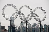 Olympiastadt Vancouver 2010..Blick durch die Olympischen Ringe auf die Skyline von Vancouver.