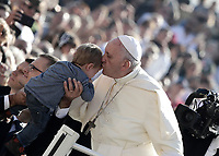 Papa Francesco bacia un bambino al suo arrivo all'udienza generale del mercoledi' in Piazza San Pietro, Citta' del Vaticano, 4 ottobre, 2017.<br /> Pope Francis kisses a child as he arrives for his weekly general audience in St. Peter's Square at the Vatican, on October 4, 2017.<br /> UPDATE IMAGES PRESS/Isabella Bonotto<br /> <br /> STRICTLY ONLY FOR EDITORIAL USE