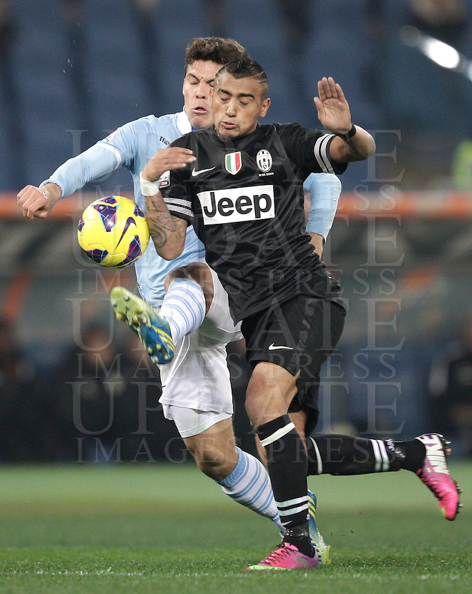 Calcio, semifinale di ritorno di Coppa Italia: Lazio vs Juventus. Roma, stadio Olimpico, 29 gennaio 2013..Lazio midfielder Hernanes, of Brazil, left, and Juventus midfielder Arturo Vidal, of Chile fight for the ball during the Italy Cup football semifinal return leg match between Lazio and Juventus at Rome's Olympic stadium, 29 January 2013..UPDATE IMAGES PRESS/Riccardo De Luca