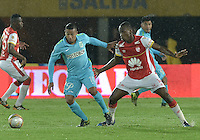 BOGOTÁ -COLOMBIA, 07-11-2015. Baldomero Perlaza (Der) jugador de Independiente Santa Fe disputa el balón con Macnelly Torres (Izq) jugador de Atlético Nacional durante partido por la fecha 19 de la Liga Aguila II 2015 jugado en el estadio Nemesio Camacho El Campín de la ciudad de Bogotá./ Baldomero Perlaza (R) player of Independiente Santa Fe fights for the ball with Macnelly Torres (L) player of Atletico Nacional during the match for the date 19 of the Aguila League II 2015 played at Nemesio Camacho El Campin stadium in Bogotá city. Photo: VizzorImage/ Gabriel Aponte / Staff