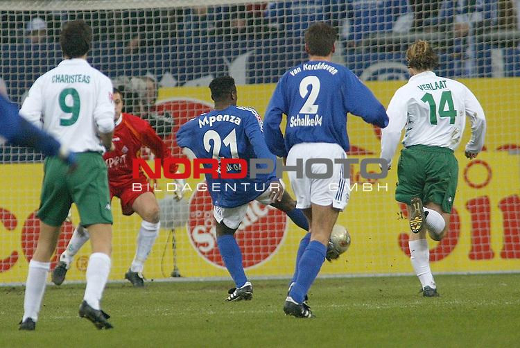 BL 2002/2003 - 16. Spieltag<br /> Schalke 04 vs SV Werder Bremen 1:1<br /> Die Chance fŁr Emle Mpenza - doch freistehend vor dem Tor geht der Ball vorbei<br /> Foto &copy; nordphoto <br />  *** Local Caption *** Foto ist honorarpflichtig! zzgl. gesetzl. MwSt.<br />  Belegexemplar erforderlich<br /> Adresse: nordphoto<br /> Georg-Reinke-Strasse 1<br /> 49377 Vechta