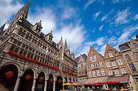 Belgien, Flandern,  Rathaus und Grote Markt in Ypern (Ieper)