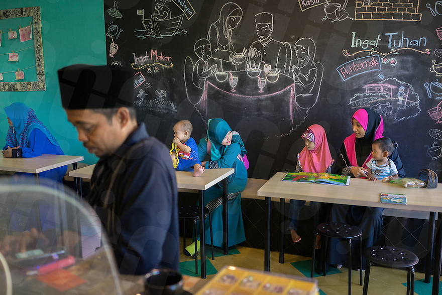 "January 10, 2015 - Rawang (Malaysia). Customers at the Global Ikhwan cafe inside the ""Global Ikhwan village"", a compound of commercial and residential estates owned by the organization in Rawang, a small town in the north of Kuala Lumpur. © Thomas Cristofoletti / Ruom"