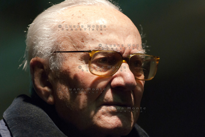 "Don Giovanni Barbareschi,  ""Giusto tra le nazioni"", all'incontro in memoria della Shoah al Binario 21, Memoriale della Shoah, stazione centrale. Milano, 30 gennaio, 2012.....Don Giovanni Barbareschi, during the event for the Shoah memory at the Platform 21, Memorial of the Shoah, central station. Milano,  January 30, 2012."