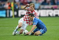 FUSSBALL  EUROPAMEISTERSCHAFT 2012   VORRUNDE Italien - Kroatien                    14.06.2012 Ivan Strinic (li, Kroatien) gegen Christian Maggio (re, Italien)