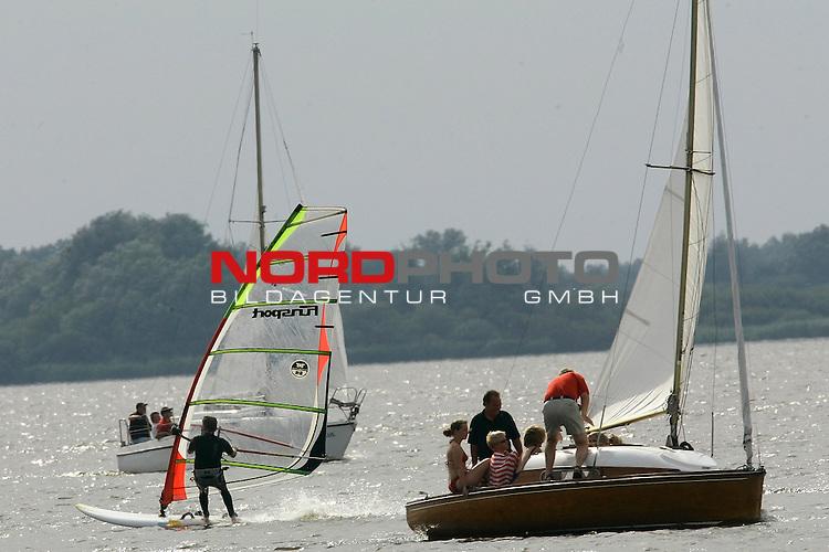 Wetter Feature vom Duemmer See - Norddeutschlands groesste Binnengewaesser<br /> Segelboot gemeinsam mit Surfen<br /> <br /> Foto: &copy; nordphoto <br /> <br />  *** Local Caption *** Foto ist honorarpflichtig! zzgl. gesetzl. MwSt.<br />  Belegexemplar erforderlich<br /> Adresse: nordphoto<br /> Georg-Reinke-Strasse 1<br /> 49377 Vechta