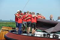 ZEILEN: EARNEWALD, 22-07-2014, SKS skûtsjesilen, Bemanning van Earnewald krijgt mentale voorbereiding op de wedstrijd ©foto Martin de Jong