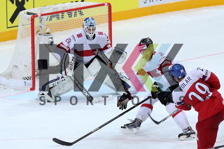 Tschechiens Kolar, Jan (Nr.29)(Admiral Vladivostok) mit dem Schuss vorbei an Schweizs Helbling, Timo (Nr.6) auf Schweizs Bera, Reto (Nr.20)  im Spiel IIHF WC15 Tschechien vs. Schweiz.<br /> <br /> Foto &copy; P-I-X.org *** Foto ist honorarpflichtig! *** Auf Anfrage in hoeherer Qualitaet/Aufloesung. Belegexemplar erbeten. Veroeffentlichung ausschliesslich fuer journalistisch-publizistische Zwecke. For editorial use only.