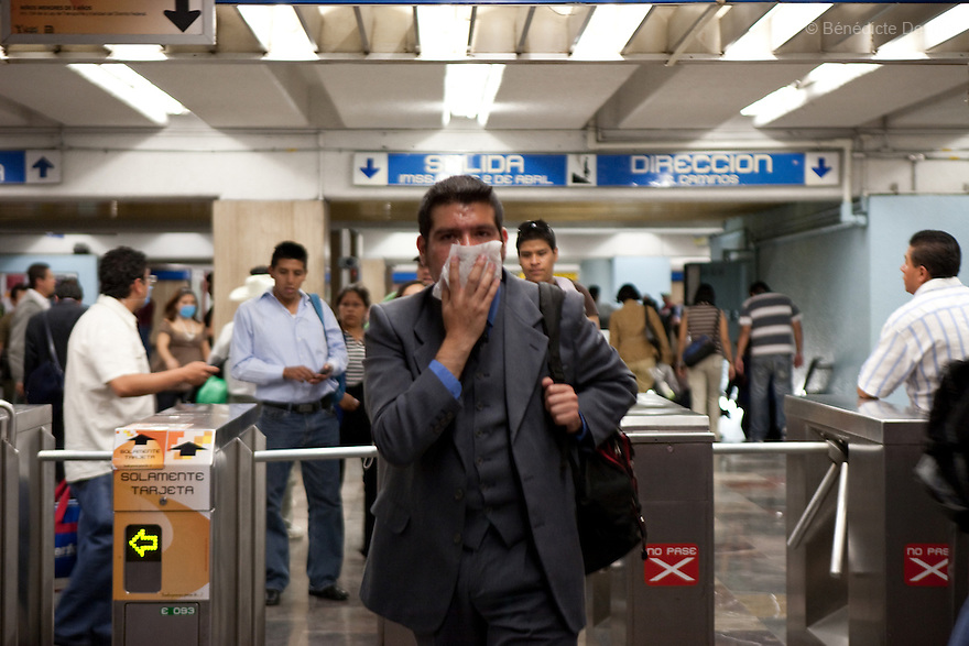 April 24, 2009 - Mexico City, Mexico - A residents of the Mexican capital covers his mouse to protect himself from the swine Flu in the metro system. Photo credit: Benedicte Desrus / Sipa Press