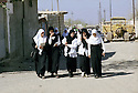 Irak 2000.Sortie de classes à  Halabja.   Iraq 2000.Veiled students in Halabja