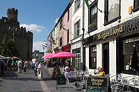 United Kingdom, Wales, Gwynedd, Caernarfon, Snowdonia: Pub below Caernarfon Castle, Castle Square | Grossbritannien, Wales, Gwynedd, Caernarfon, Snowdonia: Pub und  Caernarfon Castle am Castle Square