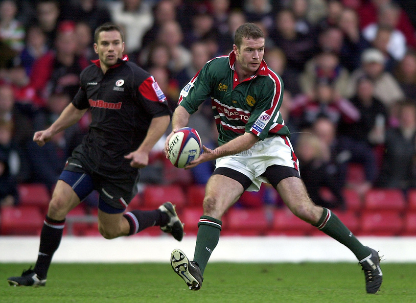 Photo. Richard Lane. .Saracens v Leicester Tigers. Zurich Premiership. 27-10-2002.Geordan Murphy gets the ball away as fellow Irishman, Darragh O'Mahony looks on.