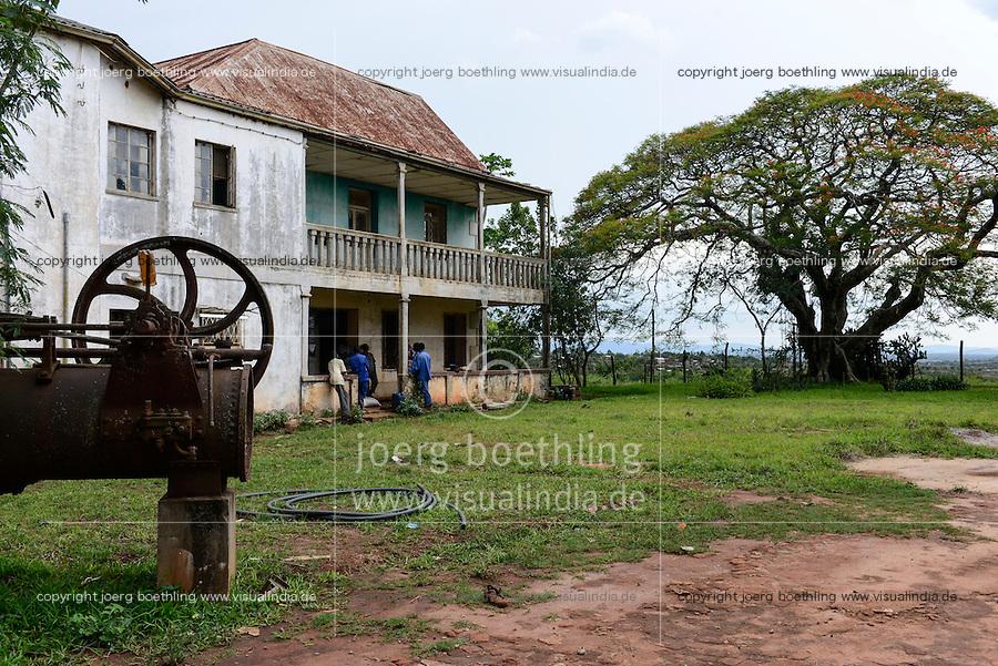 MOZAMBIQUE, Gondolo, BAGC Beira agricultural growth corridor, failed and abandoned 40 hectare Jatropha farm of Agro Pecuria de Manica LDA which was planted as biofuel project in 2010 at old portuguese cotton farm, abandoned old farm house  / MOSAMBIK, Gondolo, BAGC Beira agricultural growth corridor, gescheiterte und aufgegebene 40 Hektar Jatropha Farm Agro Pecuria de Manica LDA, die 2010 als Biosprit Projekt auf einer alten Baumwollplantage gepflanzt wurde, alte Dampfmaschine und Farmhaus aus portugiesischer Zeit
