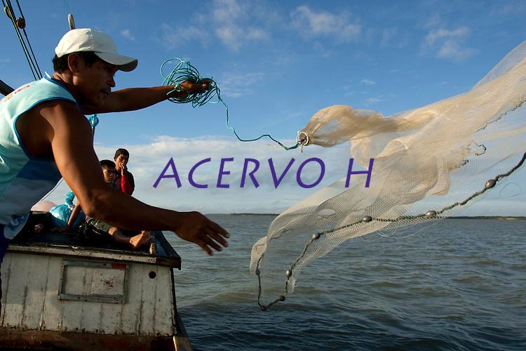 O pescador artesanal Jos&eacute; Alfredo de Souza Costa, 31, pescador desde os doze anos, conhecido como Cabur&eacute; (p&aacute;ssaro da regi&atilde;o), lan&ccedil;a sua rede para capturar peixes de baixo valor comercial para servirem de isca na pescaria com espinhel (armadilha com grande n&uacute;mero de anz&oacute;is), nas proximidades da praia de Paxic&uacute; na Reserva Extrativista Marinha M&atilde;e Grande localizada no litoral do Par&aacute;, na foz do rio Amazonas.<br /> Curu&ccedil;a, Par&aacute;, Brasil<br /> Foto: Paulo Santos<br /> 18/02/2010
