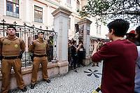 CURITIBA, PR, 07.11.2016 -EDUCAÇÃO-PR –  Estudantes deixam o prédio do Institudo de Educação do Paraná após a reintegração de posse na tarde desta segunda feira (07) em Curitiba (PR).(Foto: Paulo Lisboa/Brazil Photo Press)