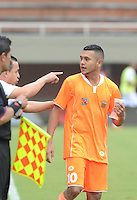 ENVIGADO -COLOMBIA-07-03-2015. Juan Carlos Sanchez técnico de Envigado FC da instrucciones a Jhon Mendez durante partido con Aguilas Pereira por la fecha 8 de la Liga Águila I 2015 realizado en el Polideportivo Sur de la ciudad de Envigado./ Juan Carlos Sanchez coach Envigado FC gives directios to Jhon Mendez during the match against Aguilas Pereira for the 8th date of the Aguila League I 2015 at Polideportivo Sur in Envigado city.  Photo: VizzorImage/León Monsalve/STR
