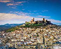 Spanien, Andalusien, Provinz Jaen, Alcala la Real: Stadt in der Sierra Magina unterhalb der Festung La Mota | Spain, Andalusia, Province Jaen, Alcala la Real: View on the city with La Mota fortress
