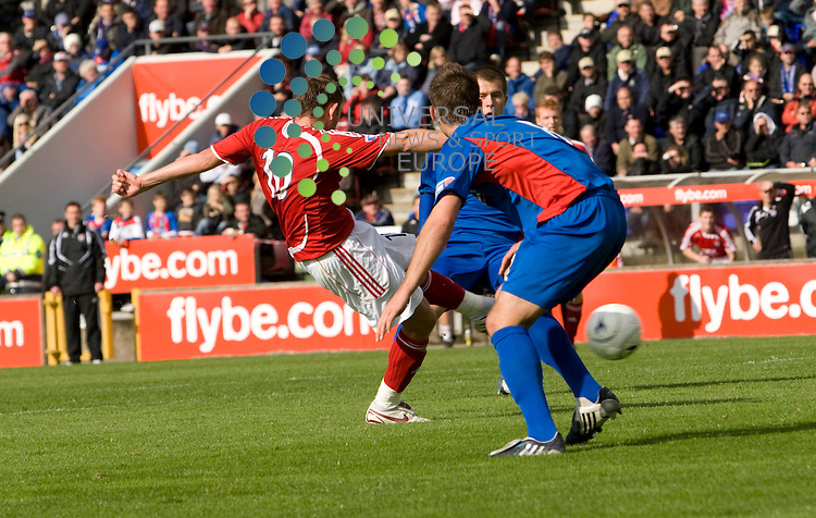 FOOTBALL.Irn Bru league Div 1.Inverness CT v Ross County.Ross Co player Richard Brittain fires home the County third.Picture:Gordon Gillespie/Universal News And Sport (Scotland) 29 August 2009.