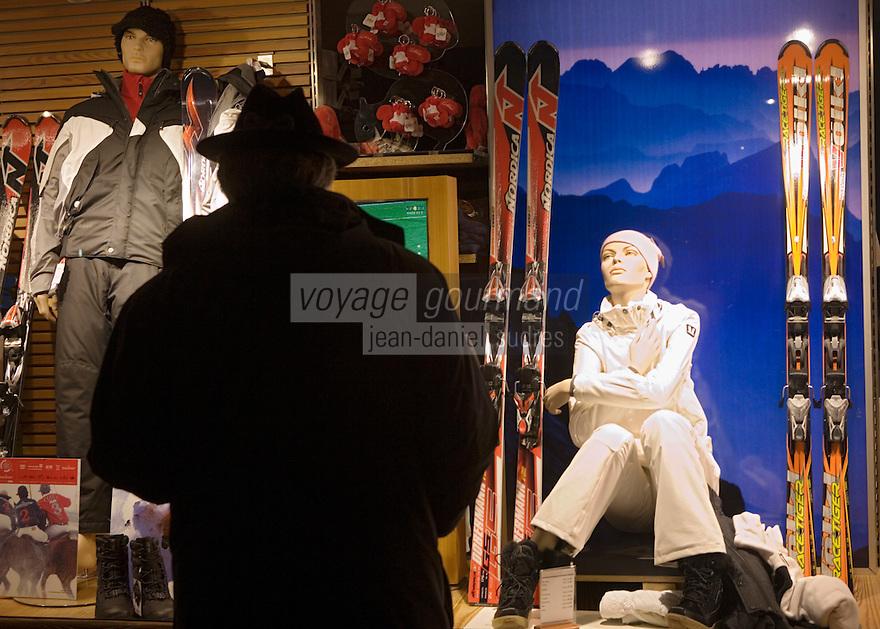 Europe/Italie/Vénétie/Dolomites/Cortina d'Ampezzo:Boutiques de luxe sur le Corso Italia et chapeau Tyrolien ,l'autriche est proche