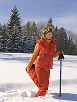 DEU, Deutschland, Frau beim Nordic Walking im Winter - Dehnuebung | DEU, Germany, woman doing nordic walking in winter - stretching