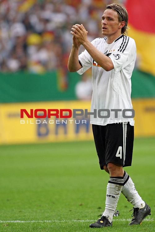 UEFA Euro 2008 Test - Deutschland (GER) vs. Serbien ( SRB ) 2 - 1 am 31.05.2008 in Gelsenkirchen - Auf Schalke<br /> Freundschaftsspiel - Friendlymatch<br /> <br /> Clemens Fritz (#4 Werder Bremen Deutsche Nationalmannschaft) applaudiert dem Publikum.<br /> <br /> Foto &copy; nph (  nordphoto  ) *** Local Caption ***