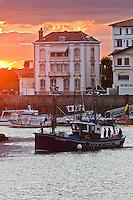 Europe/France/Aquitaine/64/Pyrénées-Atlantiques/Pays-Basque/Saint-Jean-de-Luz: Le port de pêche - un des derniers thoniers Canneur : Aïrosa  se prépare à partir en mer à la tombée de la nuit