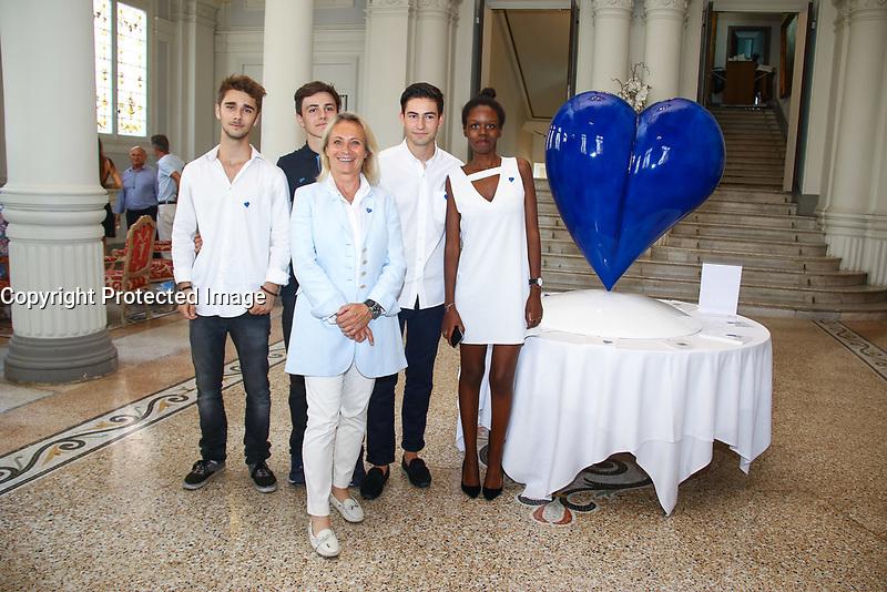 Le COEUR DES ANGES, une sculpture de l'artiste Agnés Patrice-Crepin, un coeur bleu, en hommage aux victimes du 14 juillet 2016 à Nice. La volonté d'une sculpture federatrice et qui incarne l'Amour et l'Espoir. Portée par l'Association L'AS DE COEUR créèe par Robin Gaudy, Thomas Gavelle, Fleur Nayigizente, Maxence Vaille et Bertrand Vanel, dans le cadre de leurs études de commerce au BBA EDHEC à Nice, Hotel Westminster, Nice, Sud de la France, samedi 15 juillet 2017.