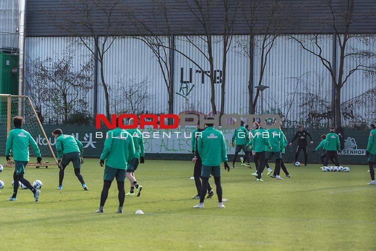 """30.11.2019, Trainingsgelaende am wohninvest WESERSTADION, Bremen, GER, 1.FBL, Training SV Werder Bremen<br /> <br /> im Bild<br /> Banner am Trainingsplatz beim Abschlusstraining vor dem Auswärtsspiel bei VfL Wolfsburg mit Schriftzug """"Ganz Bremen steht hinter euch! Gebt alles für den SVW!"""", <br /> <br /> Foto © nordphoto / Ewert"""