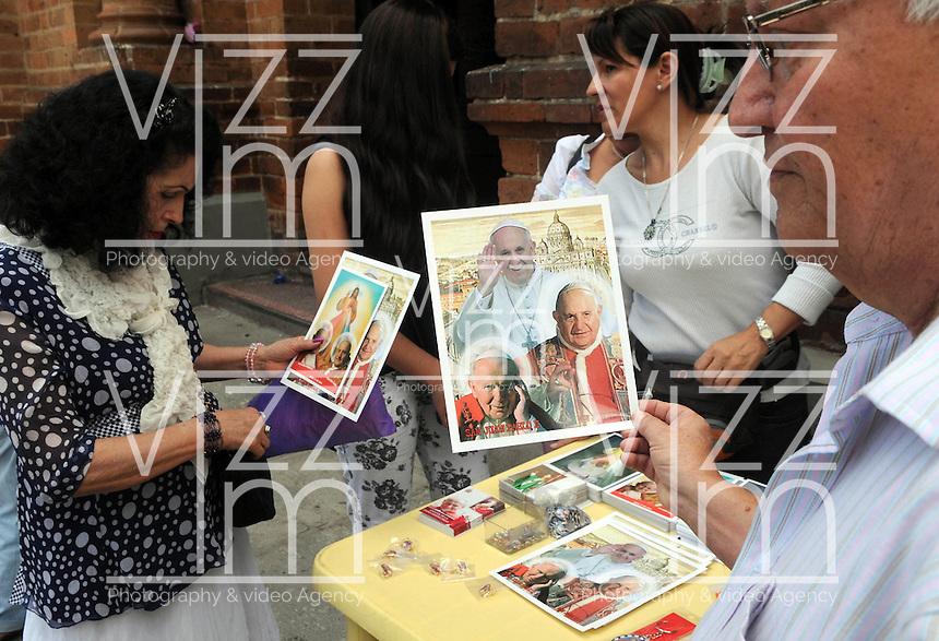MEDELLIN -COLOMBIA-27-04-2014:Imagenes de los Papas canonizados en Roma , en la Catedral Mepropolitana de Medellin . / Image of canonized popes in Rome  Mepropolitana Cathedral in Medellin. Photo: VizzorImage  / Luis Rios  / Str.